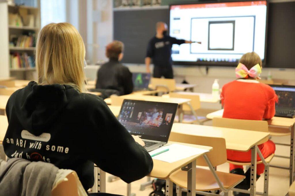 Tuhansia tietokoneita, satoja saksia – kouluissa alkoi hankintarumba, jonka loppusummaa ei tiedä kukaan