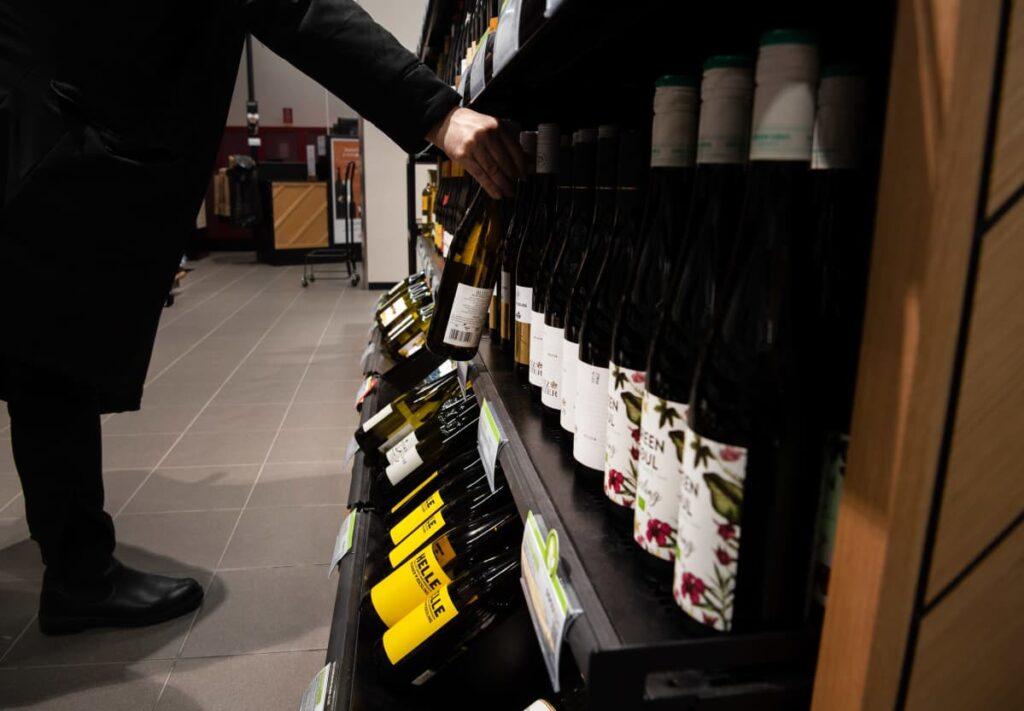 Koronavuosi pudotti suomalaisten alkoholin kulutuksen alimmilleen koko 2000-luvulla – tuonti ulkomailta puolittui