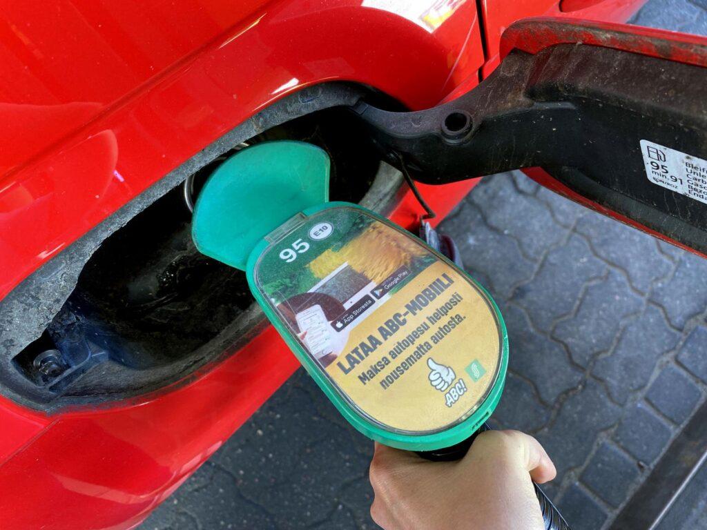Päästöistä lähtee 80 % ja polttoaine halpenee 40 senttiä litra – Suomalaisyhtiö keksi lisäosan bensa-autoihin: Ihmelaitteen asennus vain 600 euroa